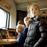 Hovedbanegården i julemyldretiden. Lokofører Claus Lauersen viser børn hans arbejdsplads.
