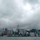 Trods det økonomiske stormvejr, der lige nu fejer hen over kloden, sælger Danmark flere og flere varer til Kina. Her ses havnebyen Hong Kong.