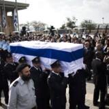 Den tidligere premierminister Ariel Sharons kiste bæres af vagtfolk fra Knesset.