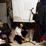 Gregorius Nekschot (iført burka) under et besøg i København den 10. februar i år. Den hollandske tegner blev anholdt sidste år af hollandsk politi for sine religiøse satiretegninger.