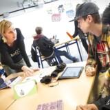 Ifølge lærerforeningens fagblad, Folkeskolen, står syv kommuner parat til at holde næste måneds lønudbetaling tilbage. Her er det lærer Dorte Halberg med elever på Parkvejens Skole. Arkivfoto