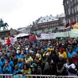 Skolelederne støtter hverken kommunerne eller lærerne, der her demonstrerer på Christiansborg Slotsplads.