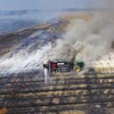 Nordjyllands Beredskab arbejder på at slukke en underjordisk brand ved Dokkedal sydøst for Aalborg.
