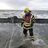 Stormen Egon blæste lørdag med vindstød af orkanstyrke over Nord- og Vestjylland. Det gik især hårdt ud over Limfjorden, hvor der var oversvømmelser mange steder. Her er det i Løgstør hvor Beredskabsstyrelsen forsøgte at holde vandet ude.