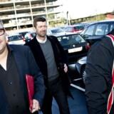BT på vej til Skattesagskommisionen. Nyhedschef Simon Andersen (tv) forklarer, at han har afleveret to notater af henholdsvis fem og ni siders længde til daværende skatteminister Lund Poulsens spindkotor Peter Arnfeldt.