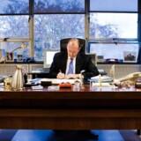 USAs tidligere ambassadør i Danmark, James P. Cain. tager bladet fra munden: »Ved du, hvad jeg synes, at der bør ske med dem, der står bag Wikileaks? De burde anklages for højforræderi, fordi de hjælper fjenden.«