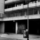 I en alder helt ned til 14 år står drenge i Tåstrupgård vagt med skudsikre veste.