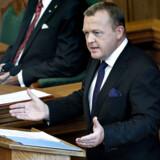 Statsminister Lars Løkke Rasmussen (V) behøver ikke stå på Folketingets talerstol, når han udskriver valget. Hvis han har lyst, kan hani princippet sende et syngende telegram til den danske befolkning.