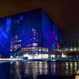 Under koncerten projiceres billeder op på ydersiden af Koncerthuset. Her set fra metrostationen.