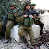 Israelsk soldater i fuld udrustning venter på ordren om at krydse grænsen til Gaza-striben.
