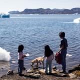 Børnene i Nuuk kigger ud over havet, hvor der selv om sommeren er is - men bortsmeltningen omkring Nordpolen tager til. Arkivfoto: John Rasmussen/Scanpix