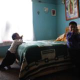 Fire-årige Edgar Hernandez (th.) er den første, der er testet positiv for svineinfluenza.