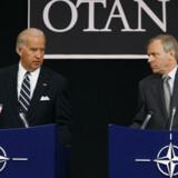 USA har ikke truffet nogen beslutning med hensyn til valg af ny civil generalsekretær i NATO, sagde USAs vicepræsident Joe Biden (t.v.), der i går holdt pressemøde sammen med NATOs afgående generalsekretær Jaap de Hoop Scheffer.