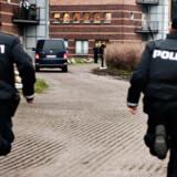 Her løber betjente efter den vogn, Stein Bagger ankommer i til Retten i Lyngby.