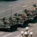 En ukendt kinesisk mand blokerer for kampvogne på Den Himmelske Freds Plads i Beijing i forbindelse med massakren i 1989. Manden demonstrerer mod de voldsomme blodsudgydelser, der har fundet sted. Da kampvognene er næsten henne ved manden, får mennesker, der befinder sig i nærheden, trukket  ham væk, og kampvognene fortsætter med at køre. Det var en demonstration for demokratiske reformer, der udløste massakren, hvor hundredvis blev dræbt.