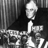 Præsident Franklin Delano Roosevelt holder sin tale fra det Hvide Hus i radioen om USA ´s neutralitet efter at England og Frankrig erklærede Tyskland krig i 1939.