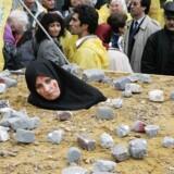 ARKIVFOTO af iransk kvinde klædt ud som et offer for stening under en protest mod stening under et EU-møde i Bruxelles i 2005.