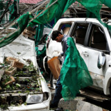 En pakistansk efterforsker leder igennem vrag uden for den danske ambassade i Islamabad.