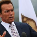 Arnold Schwarzenegger erklærer Califonien i undtagelsestilstand.