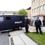 En af de dømte køres væk fra Retten i Glostrup.