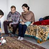 Faderen Yasir Ayub og hans kone Dure Sharwar Durrani sammen med sønnen Umar Ayub på 20 måneder. Han går endnu ikke i vuggestue. Mange etniske småbørn i København går derhjemme uden at lære dansk eller går i dagpleje, hvor der ikke bliver talt dansk, og det vil de nu lave om på i København.