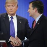 Donald Trump og Ted Cruz giver hinanden hånden efter en af de republikanske debatter på Fox News