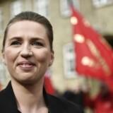 Socialdemokraternes formand Mette Frederiksen på vej ind til bisættelsen lørdag middag.