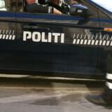 En 42-årig mand tog natten til lørdag en omvendt springtur, da han hoppede over hegnet ind til arresten hos Sydøstjyllands Politi i Vejle. Free/Colourbox/arkiv