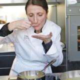Anne-Sophie Pic smager på maden på sin kokkeskole i den sydøstfranske by Valence. Hun har taget kampen op mod den mandsdominerede Michelin-verden – med stor succes. Foto: Thierry Esch/Paris Match via Getty Images