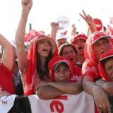 Titusindvis af rød-hvidt klædte oppositionsaktivister demonsterer i Istanbul mod præsident Erdogan.