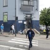 Nordvest Privatskole blev stiftet i 2004 og købte to år senere de blå bygninger i det nordvestlige København på Tomsgårdsvej. De seneste år har skolen haft store økonomiske problemer, bl.a. på grund af låneudgifter og manglende indbetaling af skolepenge. Personerne på billedet er tilfældige forbipasserende. Foto: Mads Joakim Rimer Rasmussen