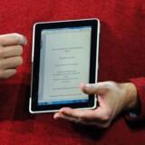 Microsofts og HPs fælles Slate-tavle-PC i hænderne på Microsofts topchef, Steve Ballmer. Foto: Robyn Beck, AFP/Scanpix