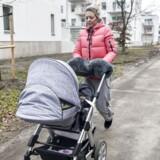 »Vi overvejer at flytte helt væk fra Malmø for børnenes skyld. Men omvendt kender jeg de fleste herude, så det ville være svært,« fortæller Linda Ingvarsson, som er mor til to og bor i Lindvängen i Malmø, som mandag aften blev ramt af en eksplosion, som sårede en 50-årig og angiveligt var forårsaget af en håndgranat.