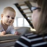 Viggo Frederik Olsen på ti uger sammen med sundhedsplejerske Lisbet Franklin. I Køge er sundhedsplejerskerne blevet uddannet i en ny systematisk metode til at opspore dårlig trivsel hos småbørn; Alarm Distress Baby Scale. Babyerne får en score, alt efter hvordan de reagerer på sundhedsplejersken.