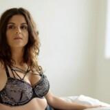Petra Nagel bruger sig selv med hud og hår i »Petra elsker sig selv«. Foto: DR