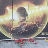 Forbipasserende lagde blomster foran natklubben Reina efter terrorhandlingen, der kostede 39 feststemte mennesker livet.