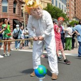 Hvis hvert eneste menneskeskabte CO2-molekyle i atmosfæren havde et flag påklistret, ville der stå Stars and Stripes på omtrent hvert femte af dem. Det kan ingen andre nationer hamle op med. Trump vil derfor utvivlsomt – ved en amerikansk udmeldelse – blive mødt af en tsunami af harme fra stats- og erhvervsledere, klimaeksperter og NGOer..