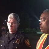 Pressemøde med chefen for San Antonio Police Department (SAPD) William McManus (tv) og chefen for brandvæsenet i San Antonio, Charles Hood (th) efter fundet af otte døde og en række tilskadekomne i en lastbil.