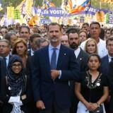 Den spanske konge Felipe VI deltog lørdag i en demonstration mod terror. Her bar demonstranter blandt andet bannere med teksten »Vi er ikke bange«. Det er første gang 42 år, at en spansk konge deltager i en demonstration.
