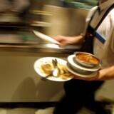Ifølge brancheorganisationen Horesta har en del hoteller og restauranter svært ved at skaffe elever til deres praktikpladser. Med den nye trepartsaftale frygter organisationen, at ufrivillig elevmangel kan udløse økonomisk straf. Free/Colourbox