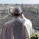 Paven vinker til masserne under sin påskemesse ved Peterskirken.