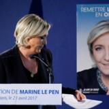 Marine Le Pen fotograferet efter fredagens pressemødet og foran en valgplakat med overskriften »At genskabe orden i Frankrig«. REUTERS/Benoit Tessier