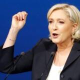 Højrefjøjskandidaten i det franske præsidentvalg, Marine Le Pen, appelerer til venstreorienterede vælgere ved at angribe den globale finansverden. Det skriver Wall Street Journal.