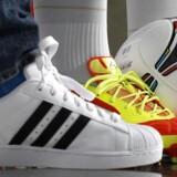 Arkivfoto. Aktierne i den tyske sportstøjproducent Adidas, stiger pænt på børsen i Frankfurt.