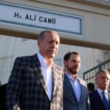 Præsident Erdogan giver ikke meget for retssystemet i USA. De amerikanske myndigheder har rejst sigtelser mod nogle af Erdogans sikkerhedsfolk efter et sammenstød med demonstranter i maj i Washington DC. På billedet forlader den tyrkiske præsident fredag morgen en moské i Istanbul. Reuters/Handout
