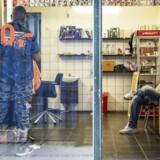 Danmark har i indgået en aftale om at hjemsende afviste somaliere med Somalia. Kritikere kræver nu svar om det mørklagte forløb. Billedet her er fra Griffenfeldsgade på Nørrebro, der kaldes »Lille Somalia« på grund af områdets store somaliske miljø. Personerne på billedet har ikke noget med sagen at gøre. Foto: Jonas Skovbjerg Fogh.