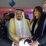 Donald J. Trump med sin kone, The First Lady Melania Trump, og Kong Salman bin Abdulaziz al-Saud af Saudi Arabien og den egyptiske præsident Abdel Fattah al-Sisi (L) åbner The World Center for Countering Extremist Thought i Riyadh, Saudi Arabien søndag. EPA.