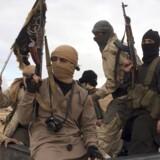 Al Qaeda-orienterede Nusra-krigere poserer efter at have frigivet libanesiske soldater og politifolk i Bekaa-dalen i Libanon. Foto: Reuters