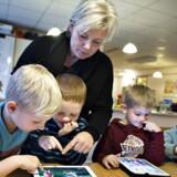 I daginstitutionen Valhalla i Skive har børnene tablets. Her en lille gruppe v-h: Oscar, Andreas, Lars, Tjalfe. pædagogen er Marianne Dalsgaard.