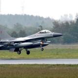 Arkivfoto. Et af Forsvarets F-16-fly måtte mandag formiddag sikkerhedslande på Bornholm på grund af motorproblemer.
